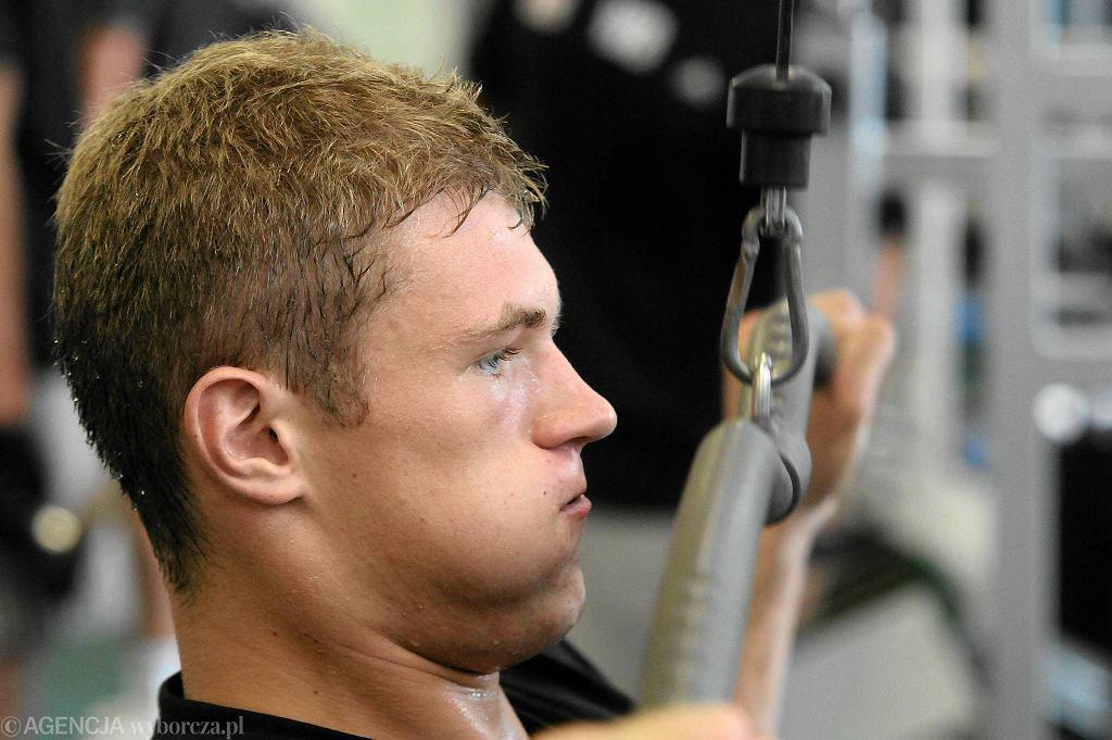 Piotr Łukasik podczas zajęć na siłowni