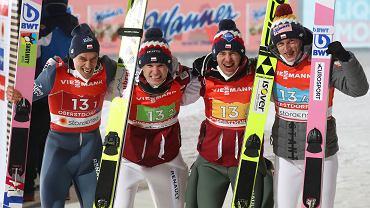6.03.2021, Oberstdorf, polska drużyna po zajęciu trzeciego miejsca w mistrzostwach świata, na zdjęciu od lewej: Piotr Żyła, Andrzej Stękała, Kamil Stoch i Dawid Kubacki.