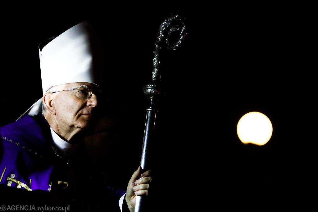 Metropolita krakowski abp Marek Jędraszewski ma w Poznaniu odprawić mszę świętą z okazji jubileuszu swojego liceum. Protestują przeciwko temu inni absolwenci.