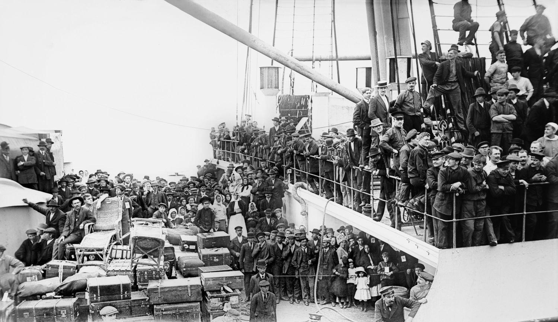 Imigranci przybywają do Nowego Jorku na liniowcu The Imperator w 1913 roku (fot. Shutterstock)