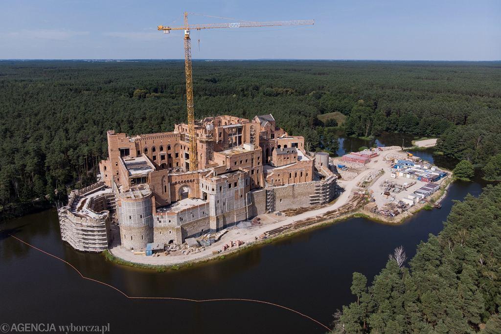 Budowa zamku w Stobnicy na wyspie w Puszczy Noteckiej.