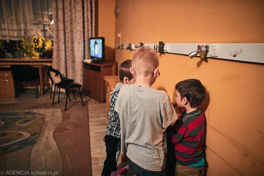 'Większość dzieci przebywa u nas od urodzenia, zdiagnozowane mają różne schorzenia, mają orzeczenia o niepełnosprawności, FAS, FASD, zaburzenia rozwoju. Wszystkie dzieci mają traumę wczesnodziecięcą, są porzucone, niechciane. Nie mamy laptopów, tabletów, komputerów'
