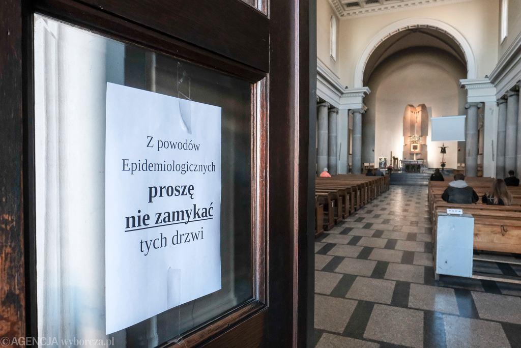 Obostrzenia. Kościoły - księża będą liczyć wiernych sami