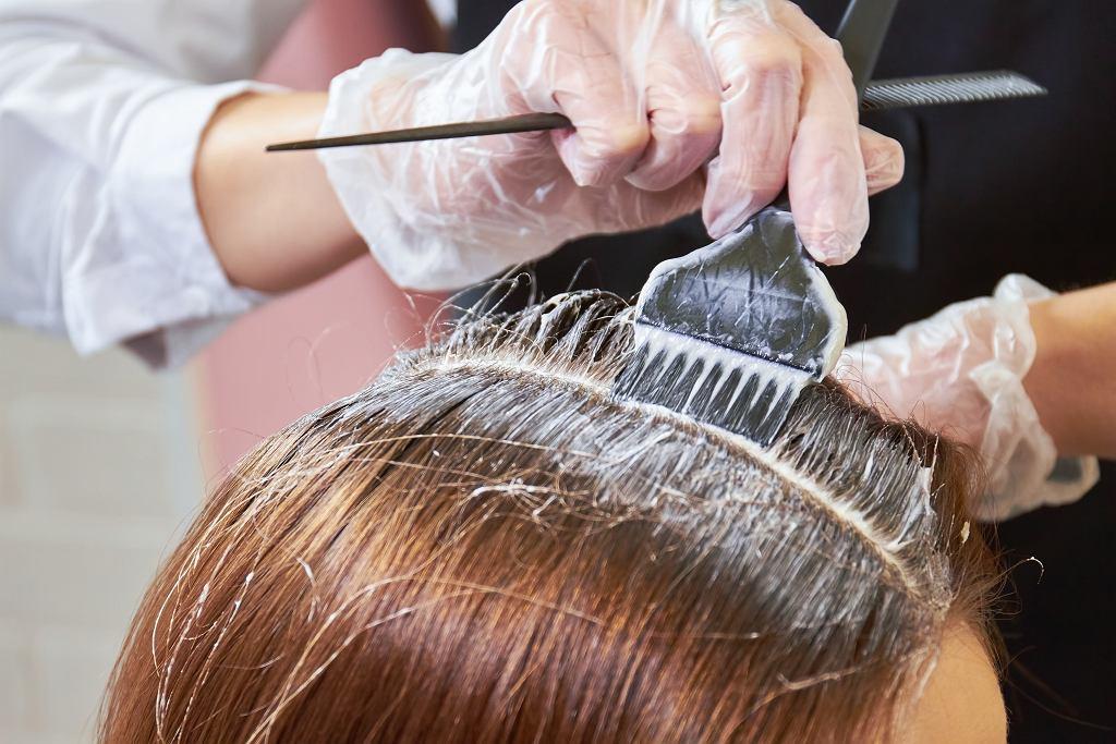 Te kolory włosów są kiczowate, niemodne i bardzo postarzają. Fryzury, których powinnaś unikać, jeśli nie chcesz dodać sobie lat (zdjęcie ilustracyjne)
