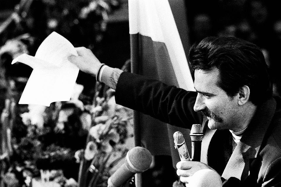 31 sierpnia 1980 r. Lech Wałęsa pokazuje ludziom zgromadzonym przy bramie Stoczni Gdańskiej porozumienie podpisane przez wicepremiera Mieczysława Jagielskiego.