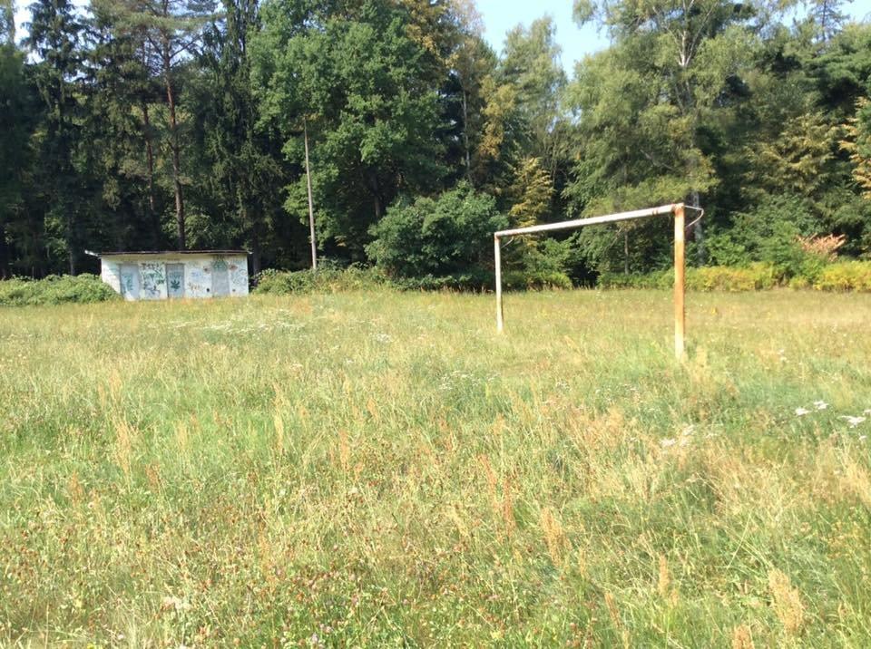 Takich zniszczonych boisk jak na Praczach Odrzańskich jest we Wrocławiu kilkadziesiąt. Wkrótce mają być przekazane klubom