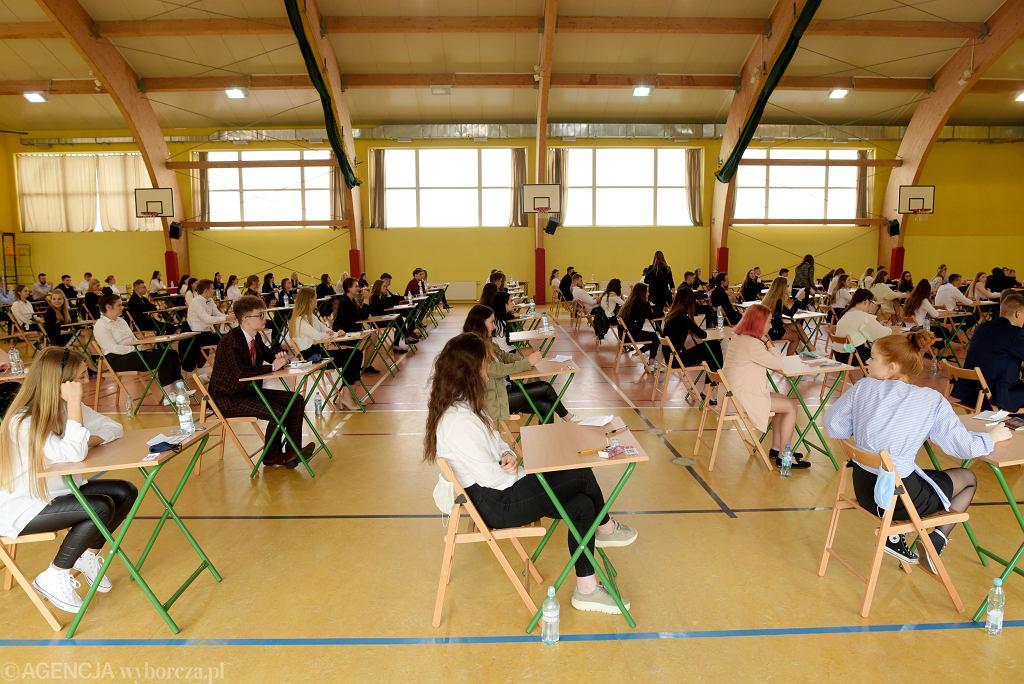 Maturzyści o przygotowaniach do egzaminu w dobie pandemii. 'Naukę utrudniał brak kontaktu twarzą w twarz i podejrzliwość nauczycieli'