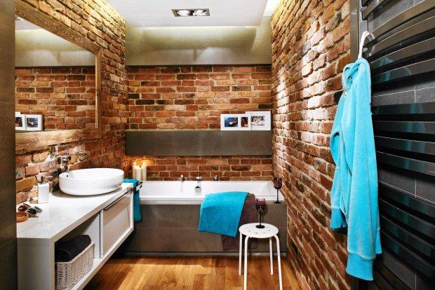 łazienka, ceglana ściana, aranżacje wnętrz
