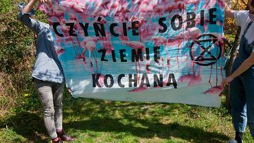 Dzień Ziemi. Wrocławscy aktywiści klimatyczni z Extinction Rebellion przygotowali baner: ' Czyńmy sobie Ziemię kochaną ', którym nawołują do troski o Ziemię i walki o klimat, 22.04.2020