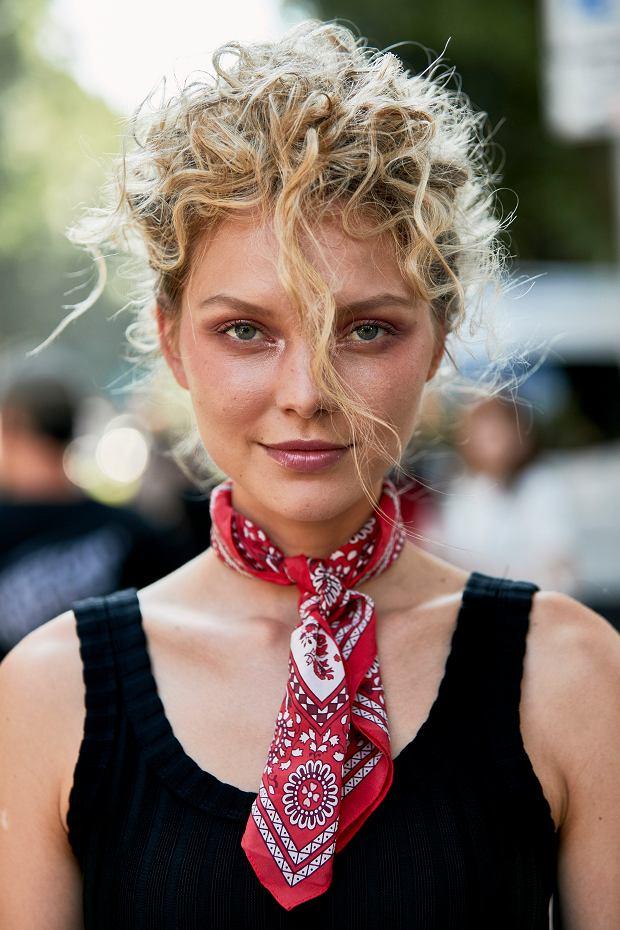 Letnia stylizacja z chustką na szyi