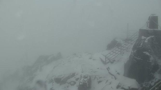 Tak wygląda lipiec w Tatrach. Spadł śnieg, ratownicy ostrzegają turystów