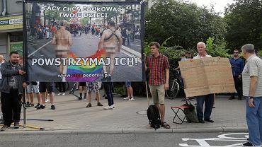 20.07.2019, Białystok, manifestacja przeciwników Marszu Równości. Ilustracja z transparentu również znalazła się  w broszurze 'Jak powstrzymać pedofila'