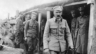 Sierpień 1916 r., Józef Piłsudski w okopach 1. Pułku Piechoty I Brygady Legionów podczas walk na Wołyniu. Za Piłsudskim idą mjr Albin Fleszar i por. Bolesław Wieniawa-Długoszowski.