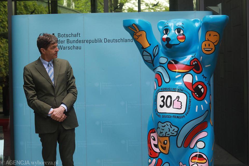 Ambasador Niemiec Arndt Freytag von Loringhoven odsłania figurę misia Buddy Bear upamiętniającą 30. rocznicę zawarcia polsko-niemieckiego traktatu o dobrym sąsiedztwie