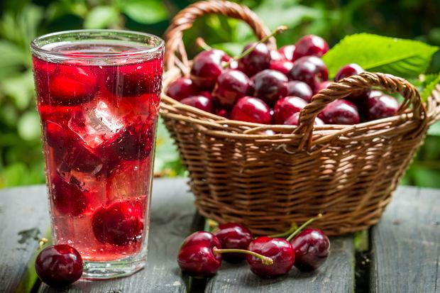 Sok z wiśni a karmienie piersią. Które owoce można jeść podczas karmienia?