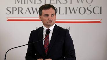 Minister sprawiedliwości i prokurator generalny w rządzie PiS Zbigniew Ziobro. Konferencja prasowa w resorcie, 20 grudnia 2017