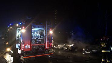 Strażacy gasili pożar samochodu na osiedlu Karpackim
