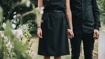 Czerń to barwa najbardziej 'bezpieczna' na pogrzebie.