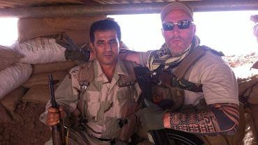Kurdyjski żołnierz pozuje do zdjęcia z Holendrem