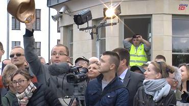 Dziennikarz i redaktor naczelny portalu elblag24.pl przekazuje Adamowi Hofmanowi złoty nocnik