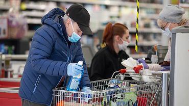 Pandemia koronawirusa. Klienci w jednym z białostockich sklepów. 2 kwietnia 2020