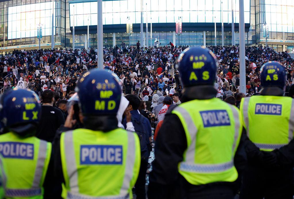 Londyn. Policja pilnuje bezpieczeństwa przed stadionem Wembley