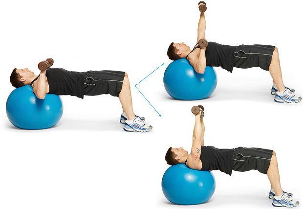 Ćwiczenia: domowy sposób na klatę, ćwiczenia, Wyciskanie hantli, leżąc na piłce szwajcarskiej