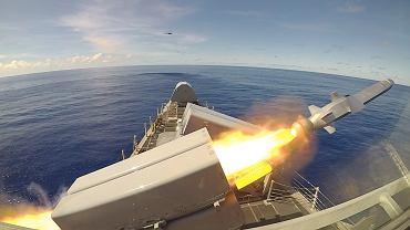 Rakieta NSM startująca z amerykańskiego okrętu