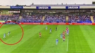 Kuriozalny rzut wolny w Danii. Piłka po strzale... opuściła stadion [WIDEO]