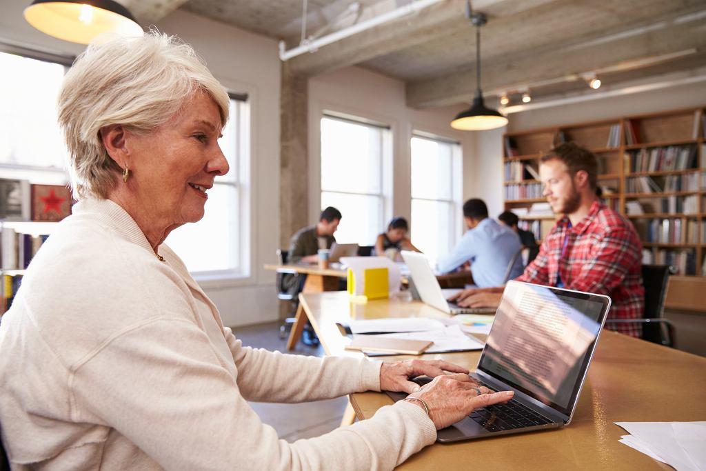 seniorzy w pracy