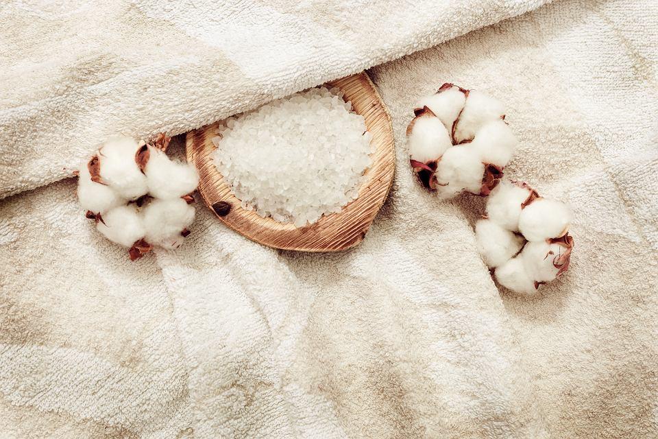 Ręcznik bawełniany w beżowym kolorze.