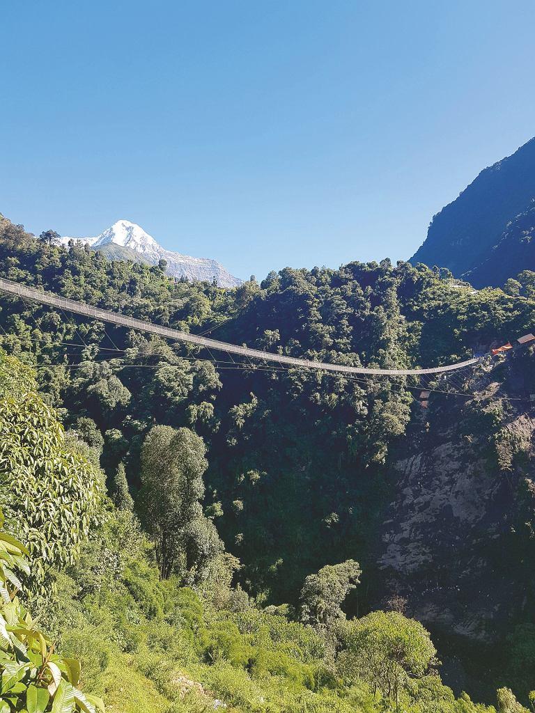 Najdłuższy i najnowocześniejszy most, jaki napotkałem w Nepalu, w miejscowości New Bridge. Za nim znów ta Annapurna Południowa.