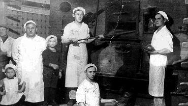 Bigońscy z pracownikami w nieistniejącej już piekarni przy ul. Grunwaldzkiej. Po lewej stronie Wincenty, najmniejszy na zdjęciu to jego syn Edmund, tuż obok mały Zbigniew