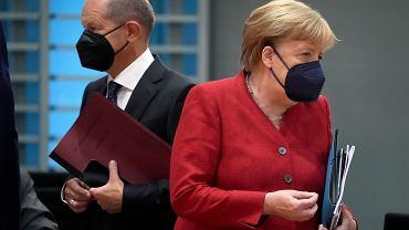 Kandydat na kanclerza Olaf Scholz (obecny minister finansów) i kanclerz Angela Merkel podczas posiedzenia rządu. Berlin, 18 sierpnia 2021 r.