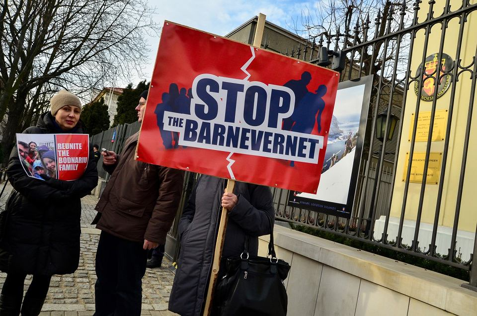 30.01.2016, Warszawa, protest pod ambasadą Norwegii przeciwko działaniom tamtejszego Urzędu ds. Ochrony Dzieci (Barnevernet).