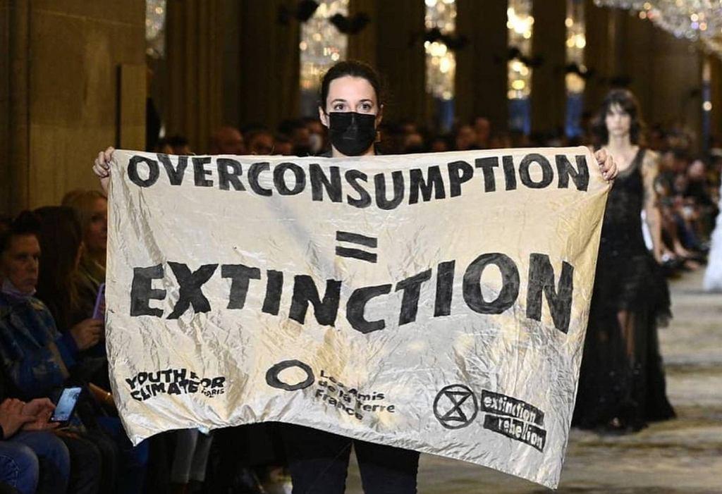 Aktywistka Extinction Rebellion na pokazie mody Louis Vuitton