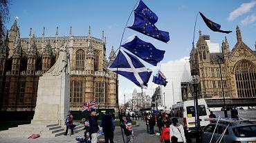 Brexit, protestujący przeciwko wyjściu z UE z flagami szkocką i unijną