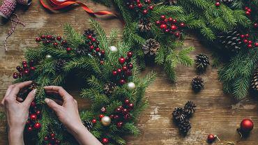 Świąteczny stroik na stół z łatwością można przygotować samodzielnie. Zdjęcie ilustracyjne