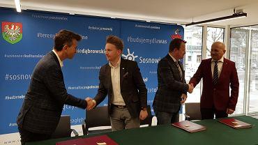 Podpisanie umowy na przebudowę DK94 w Sosnowcu. Od lewej: Grzegorz Molicki z firmy Prokom Construction (inżynier kontraktu), wiceprezydent Jeremiasz Świerzawski, prezydent Arkadiusz Chęciński i Andrzej Banaszek, prezes Banimeksu