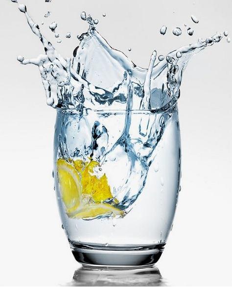 Woda to zawsze dobry pomysł. Można do niej dodać cytrynę lub miętę