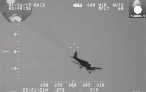 Samolot Cirrus uratowany przez spadochron podczas awaryjnego lądowania na Pacyfiku. Kadr z filmu: