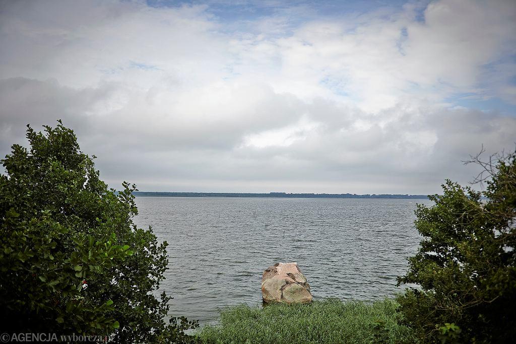 Głaz Królewski w wodach Zalewu Kamieńskiego. Prawdopodobnie jemu miasto zawdzięcza nazwę