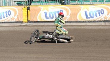 Piotr Protasiewicz upada po VIII wyścigu