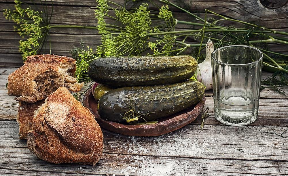 Aby dobrze ukisić ogórki, trzeba dobrych warzyw, najlepiej ze znanych upraw, dobrej wody, soli, czosnku, korzenia chrzanu, liści laurowych i kopru.