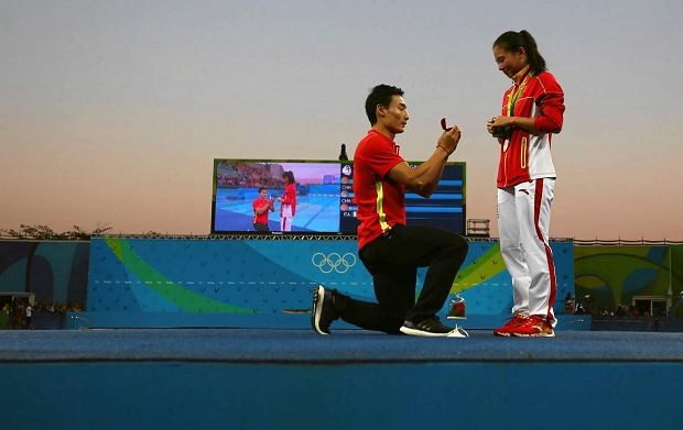 2016 Rio Olympics - Diving - Women's 3m Springboard Victory Ceremony - Maria Lenk Aquatics Centre - Rio de Janeiro, Brazil - 14/08/2016. He Zi (CHN) of China recieves a marriage proposal from Olympic diver Qin Kai (CHN) of China after the medal ceremony. She accepted Qin's proposal.    REUTERS/Michael Dalder   FOR EDITORIAL USE ONLY. NOT FOR SALE FOR MARKETING OR ADVERTISING CAMPAIGNS.