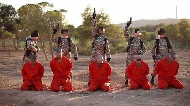 Młodzi bojownicy ISIS przed dokonaniem egzekucji na Kurdach