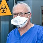 Prof. Simon: Dalej nośmy maski, epidemia wcale nie jest opanowana. Wakacje? Zalecam dobrze się ubezpieczyć