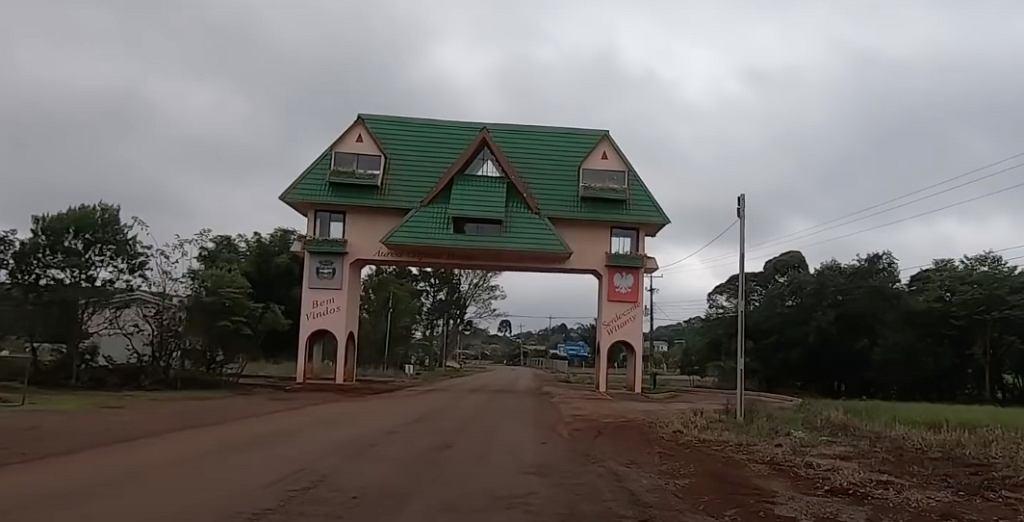Brama wjazdowa do Aurei, polskiej stolicy Brazylii