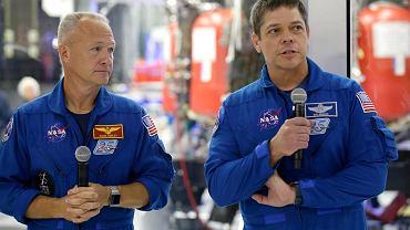 Bob Behnken (z prawej) i Doug Hurley - astronauci, którzy wezmą udział w misji NASA startującej z terenu USA.