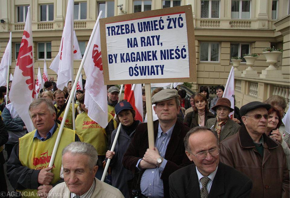 Protest nauczycieli z ZNP i Solidarności w sprawie podwyżek płac
